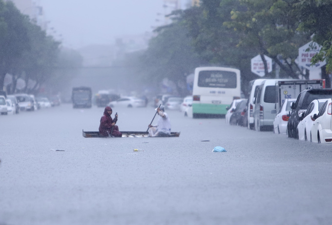 Heavy rains batter Vietnam's central coast, flood city streets