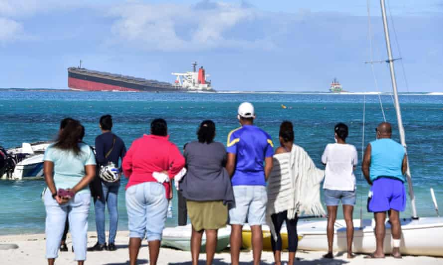 Mauritius facing environmental crisis as shipwreck leaks oil